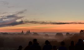 Leutewartesonnenaufgang an Tempel 761 Bagan myanmar Stockfotografie