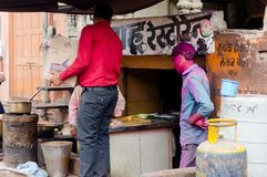Leutewartetee vor dem berühmten Sahu-Teegeschäft in Jaipur stockbilder