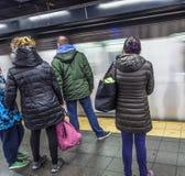 Leutewartezeit an einer U-Bahnstation in New York stockfotografie
