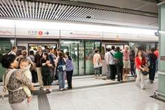 Leutewartezug in Hong Kong unterirdisch Lizenzfreies Stockfoto