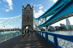 Leuteweg auf der Turm-Brücke London, glättend Stockfoto