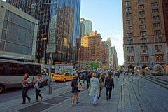 Leuteweg entlang 6. Allee in New York City Lizenzfreies Stockfoto