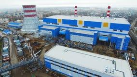 Leuteweg entlang Wärmekraftwerkgebiet hinter Abteilungen stock video footage