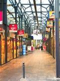 Leuteweg im Durchgang in Gorinchem. Niederlande Stockfotos
