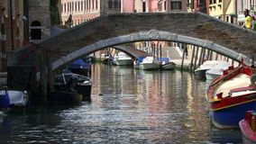 Leuteweg Venedigs Italien über einer Brücke stock video