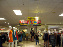 Leutewunder um Macy Store Closing-Verkauf Stockfotografie