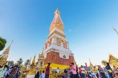 Leutezeremonie, zum das schöne bei Wat Phra Thatphanom anzubeten Lizenzfreie Stockfotos
