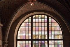 LEUVEN, BELGIË - SEPTEMBER 05, 2014: Uitstekend kleurrijk venster in de historische bibliotheek van de Katholieke Universiteit in royalty-vrije stock afbeelding