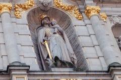 LEUVEN BELGIA, WRZESIEŃ, - 05, 2014: Rzeźbi na fasadzie biblioteczny budynek Katolicki uniwersytet Leuven Zdjęcia Stock