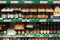 LEUVEN BELGIEN - SEPTEMBER 05, 2014: Hylla med olika typer av belgiskt öl i en av de centrala supermarken Royaltyfria Bilder