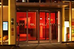 LEUVEN BELGIEN - SEPTEMBER 04, 2014: Nattsikten av ingången till hotellet parkerar gästgivargården vid Radisson i Leuven Fotografering för Bildbyråer