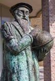 Leuven - bronsminnesmärke av cartograph Mercator (1512 - 1594) vid konstnären Raoul Biront och invigt i 2001 Arkivfoton