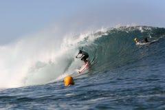 Levántese la paleta que practica surf en la tubería Imágenes de archivo libres de regalías
