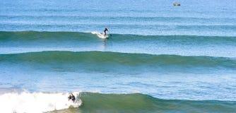 Levántese a la persona que practica surf de la paleta en una rotura de la resaca en Marruecos 4 Foto de archivo libre de regalías