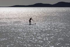 Levántese a las personas que practica surf de la paleta Fotos de archivo libres de regalías