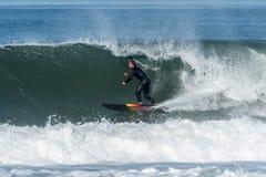 Lev?ntese a la persona que practica surf de la paleta fotos de archivo