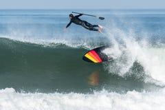 Lev?ntese a la persona que practica surf de la paleta foto de archivo libre de regalías