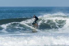 Lev?ntese a la persona que practica surf de la paleta fotos de archivo libres de regalías