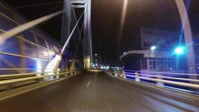 Leva de la rociada en la conducción de automóviles en un puente