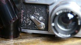 Leva dell'autoscatto su una vecchia macchina fotografica video d archivio