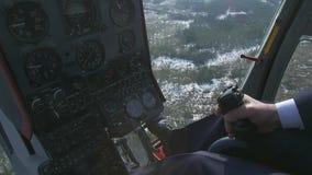 Leva della tenuta del pilota del sistema di controllo di vista dell'elicottero Macchina fotografica in cabina pilota Sopra la for stock footage