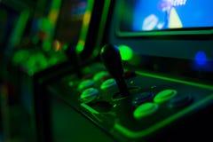 Leva di comando nera sul vecchio videogioco arcade Fotografie Stock