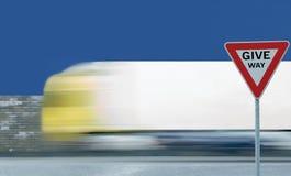 Leva o fundo borrado movimento do tráfego de veículo do caminhão do sinal de estrada do rendimento do texto, aviso regulador do q fotos de stock