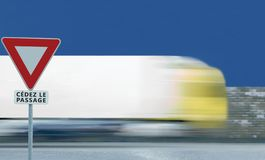 Leva o quadro branco borrado movimento do vermelho do triângulo do signage do fundo do tráfego de veículo do caminhão do sinal de foto de stock royalty free