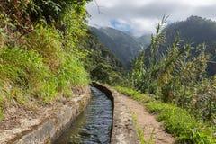 Levada, canale di irrigazione con l'escursione del percorso all'isola del Madera, Portogallo Fotografia Stock
