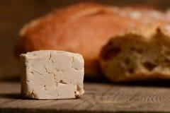 Levadura y pan en la madera Imagen de archivo