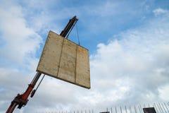 Levage d'un panneau concret Images libres de droits