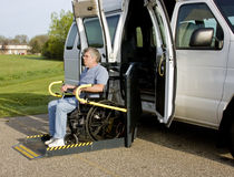 Levage de fauteuil roulant d'handicap Images stock