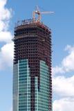 Levage de la grue à tour au-dessus de la construction de construction Photos libres de droits