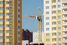 Levage de la grue à tour dans de nouveaux immeubles de construction Photographie stock libre de droits