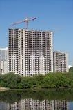 Levage de la grue à tour dans la construction de construction Image libre de droits