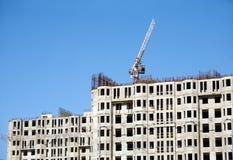 Levage de la grue à tour et du dessus du bâtiment de construction Photos libres de droits