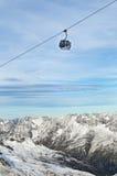 Levage de ski de gondole au-dessus des montagnes d'Alpes Photo libre de droits
