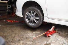 levage vers le haut d 39 une voiture pour changer un pneu image stock image 40625049. Black Bedroom Furniture Sets. Home Design Ideas