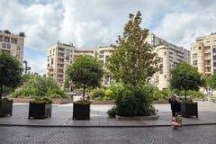 Levallois-Perret, la France, arbres verts et bâtiment moderne images libres de droits