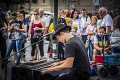 Levande gatakonsert i en offentlig fyrkant i Prague Royaltyfri Fotografi