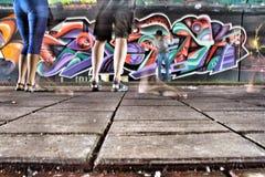 Levande grafittikonstnär på arbete Fotografering för Bildbyråer