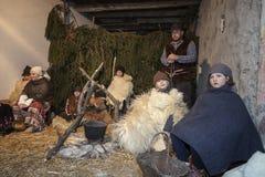 Levande julkrubba som spelas av lokala invånare Reenactment av Jesus liv med forntida hantverk och egenar av förbi shephen Arkivbild
