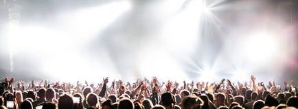 Levande konsert med att lyfta händer arkivfoto