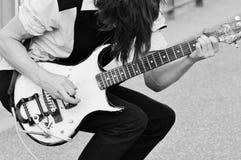 Levande musik vid den elektriska gitarren för teenageron Arkivfoto