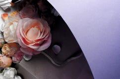 Levande rosblommaram H?rlig blom- bakgrunds? bakgrund med f?rgrika blommor Tappning filtrerad mall som fj?drar ferier med id?rikt arkivfoto