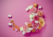 Levande rosram Härlig blom- bakgrunds… bakgrund med färgrika blommor Card mallen till ferier eller bröllop med idérikt utrymme fö Arkivfoton