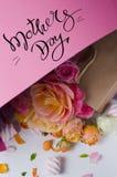 Levande rosram Härlig blom- bakgrunds… bakgrund med färgrika blommor Kortmall som fjädrar ferier med idérikt utrymme för text Arkivbild