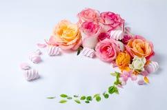 Levande rosram H?rlig blom- bakgrunds? bakgrund med f?rgrika blommor Kortmall som fj?drar ferier med id?rikt utrymme f?r text royaltyfria foton