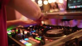 Levande show, ljudsignal blandare Disko- och klubbadiscjockeyhänder som blandar på nattklubben, festar tätt upp, flyttningkamera lager videofilmer