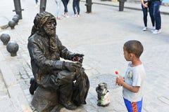Levande staty på gatan i gammal havannacigarr royaltyfri bild